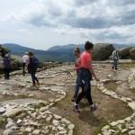 Unsere Gruppe wandert durch das Labyrinth von Helena Aikin – Foto Christa Blenk